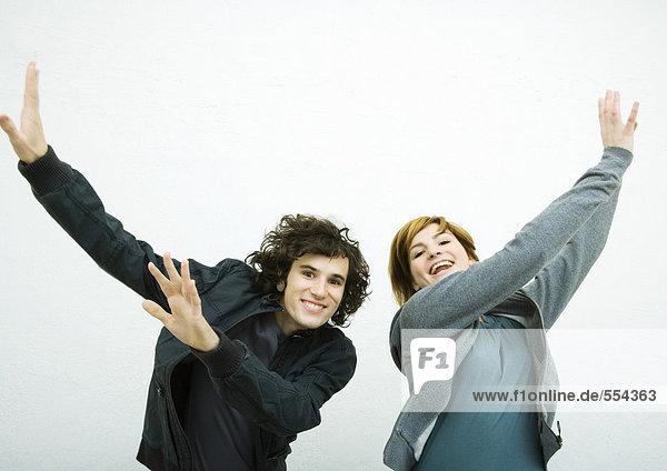 Zwei junge Erwachsene  tanzend  weißer Hintergrund