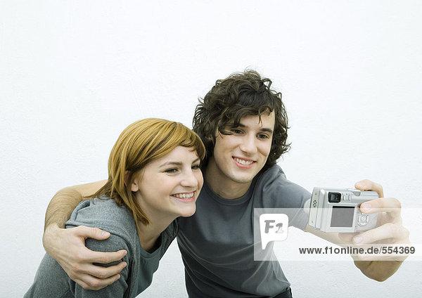 Junges Paar beim gemeinsamen Fotografieren