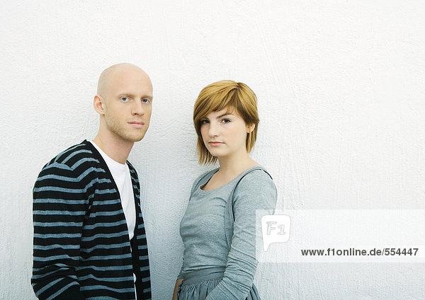 Junges Paar  Blick in die Kamera  Portrait  weißer Hintergrund