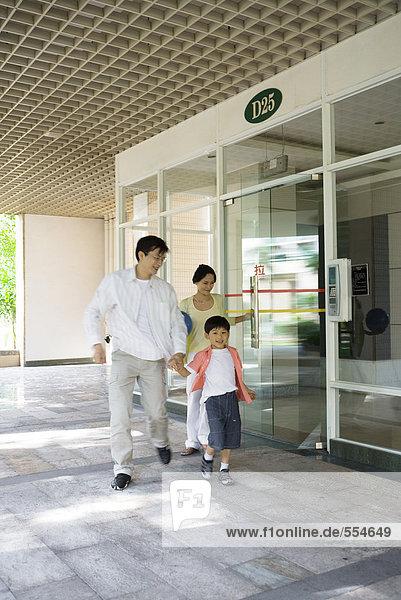 Familie verlässt die Lobby des Apartmenthauses