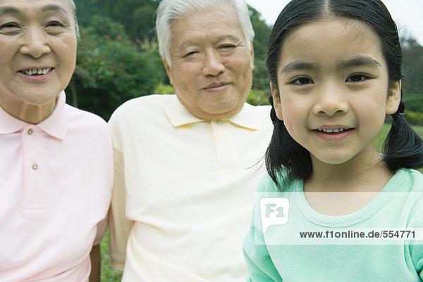 Mädchen mit Großeltern  Portrait