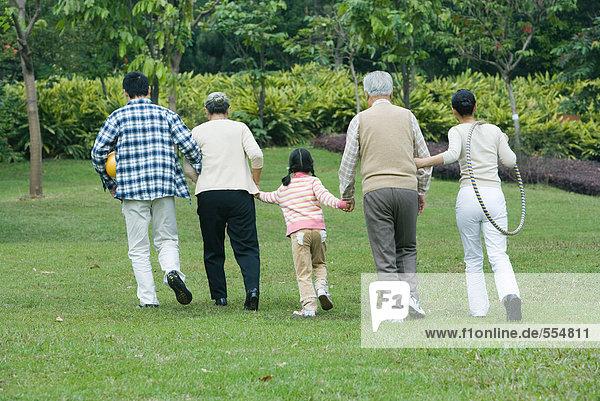 Drei Generationen Familie  gemeinsam gehen  Rückansicht