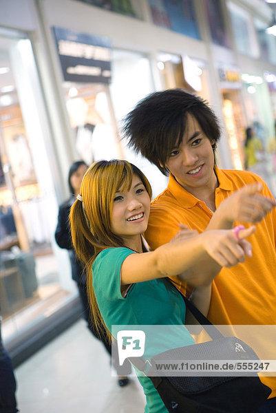 Teenager-Paar  das aus dem Rahmen zeigt.