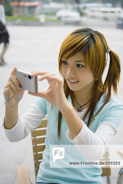 Teenager Mädchen mit Digitalkamera