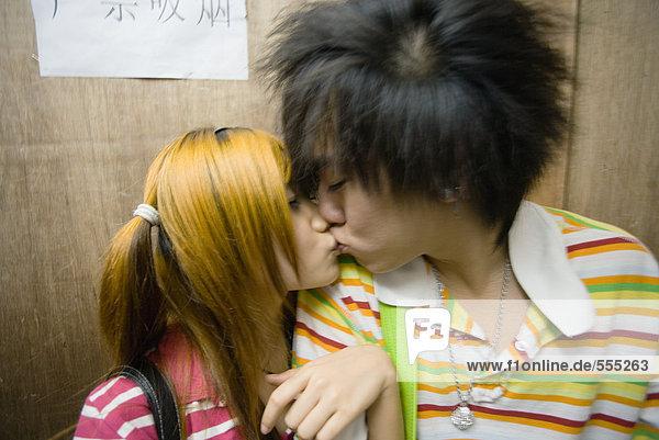 Teenager-Pärchen beim Küssen