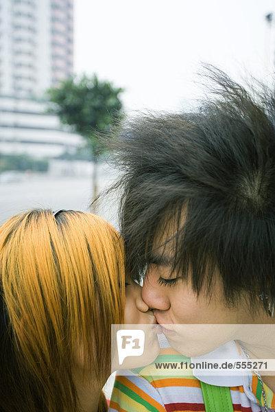 Teenager-Pärchen beim Küssen in der Stadt