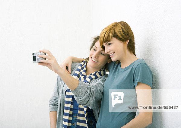 Junge Freundinnen beim gemeinsamen Fotografieren