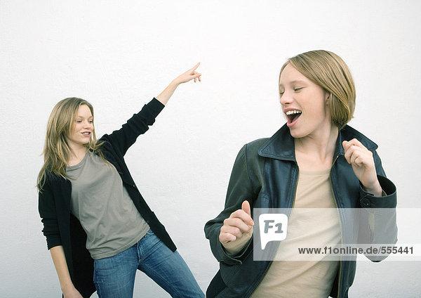 Zwei Freundinnen tanzen