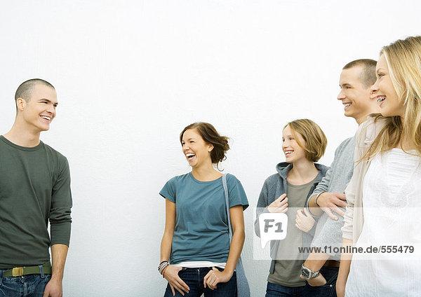 Gruppe junger Erwachsener stehend,  lachend