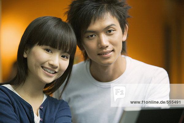 Junges Paar lächelt Kamera  Kopf und Schultern an  Porträt