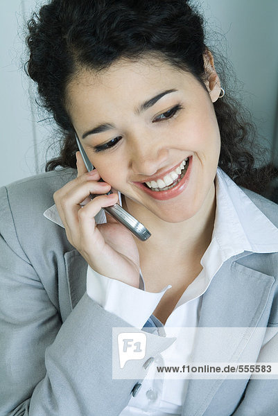 Geschäftsfrau mit Handy  Portrait