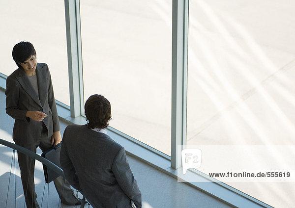 Geschäftsfreunde im Gespräch  hoher Blickwinkel