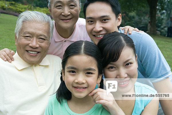 Drei Generationen Familie im Park  Porträt