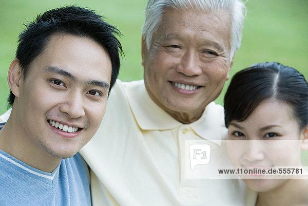 Erwachsenes Paar mit älterem Mann  Portrait