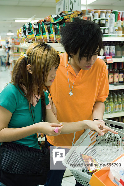 Paar im Supermarkt