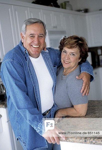 reifes Paar in der Küche