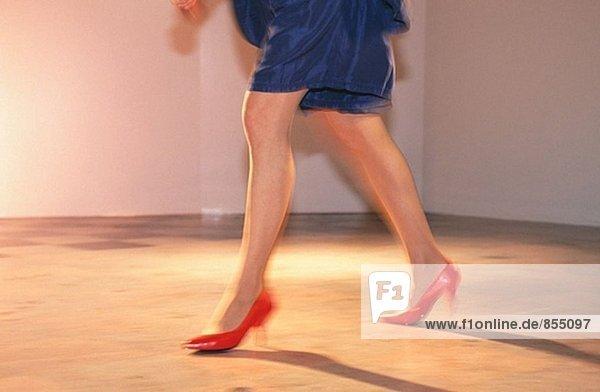Weibliche Beine  rote Schuhe