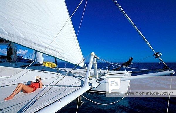 Kreuzfahrt auf einem Segelboot  Frau lesen auf Deck. Britische Virgin-Islands