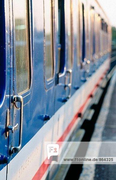 Zug auf Plattform  England