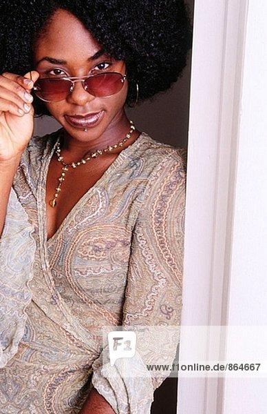 Junge schwarze Frau stehend in doorway