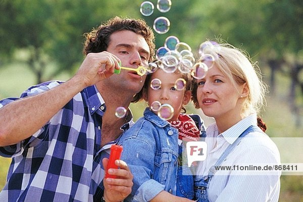 Familie bläst Seifenblasen
