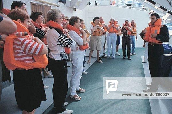 Rettungsboot Notfall Bohrer in ein Kreuzfahrtschiff