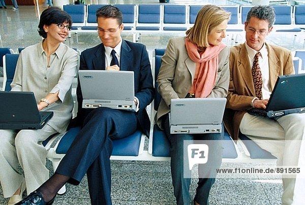 Führungskräfte mit Laptop-Computern
