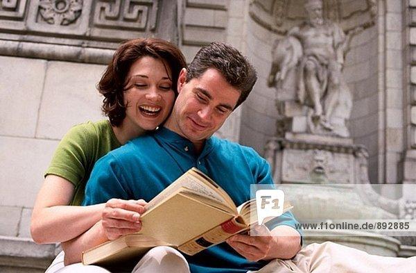 Paar ein Buch zu lesen