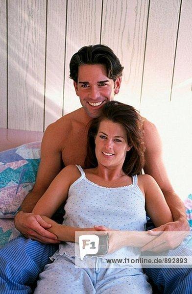 Paar auf Bett Fernsehen
