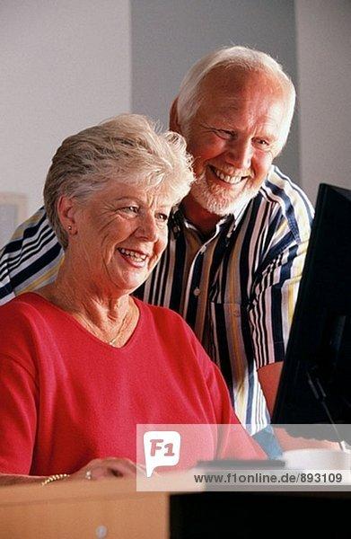 älteres Paar mit computer