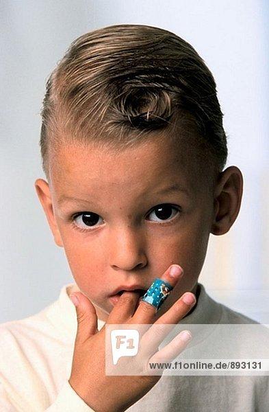 Kind mit ein Pflaster auf finger