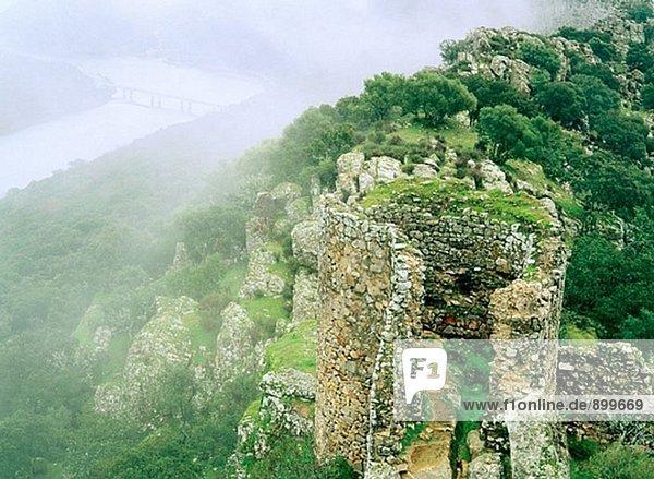 Tajo und Berg. Monfrague Naturpark. Caceres Provinz. Extremadura. Spanien