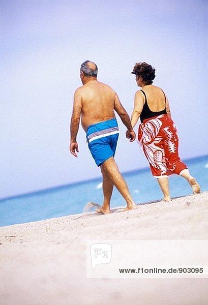reifes Paar zu Fuß an der Strand  Florida  USA