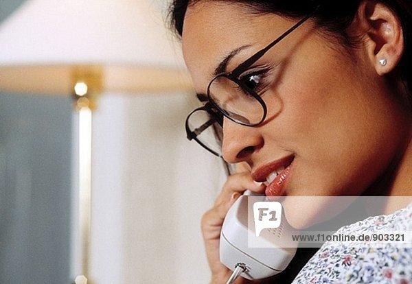 Latin Frau am Telefon