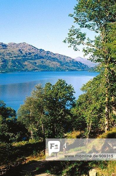 Wanderer auf dem Weg entlang Loch Ness. Highlands. Schottland