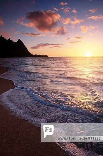 Sonnenuntergang über Surf  Sand und Gipfeln von Tunnels Beach  North Shore  Insel Kauai  Hawaii