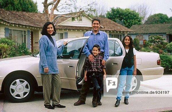Latino Familie außerhalb home