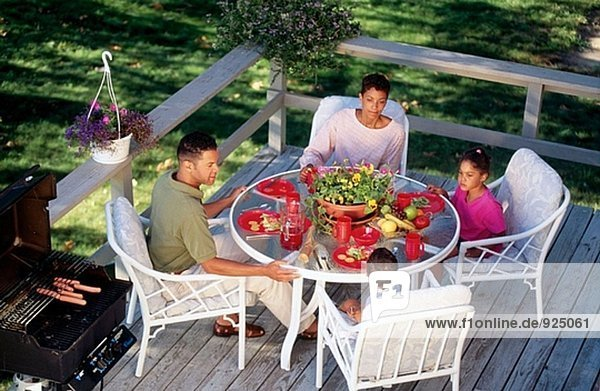 Afroamerikanische Familie Essen im freien in deck