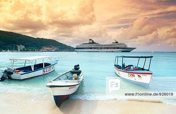 Kreuzfahrtschiff und lokalen Boote. Jamaika