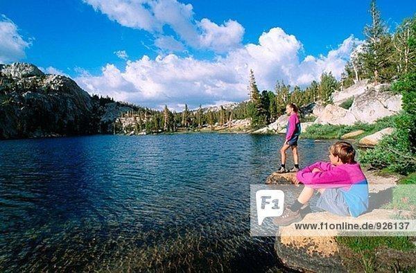Kinder genießen die Aussicht entlang dem Ufer des Boothe See  in der Cathedral Range  Sierra Nevada Mountains. Yosemite NP. Kalifornien. USA