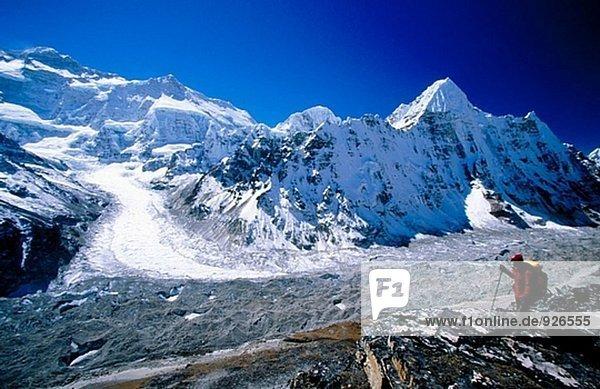 Trekker unter Kanchenjunga. North Face und Wedge Peak von Pangpema. Ost-Nepal