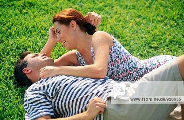 Paar Teilen einen Augenblick auf dem Rasen