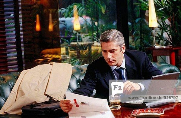 Kaufmann arbeiten mit Laptop-Computer in einer Hotellounge