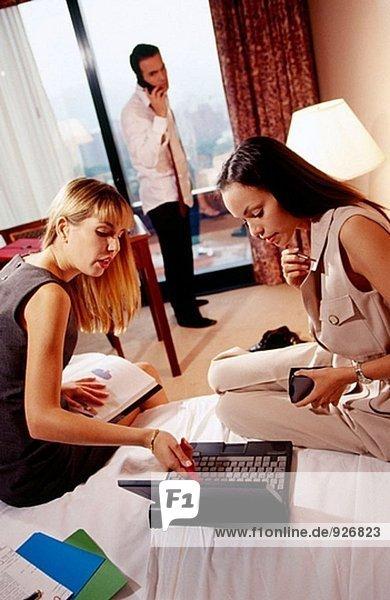 Geschäftsleute arbeiten in einem Hotelzimmer
