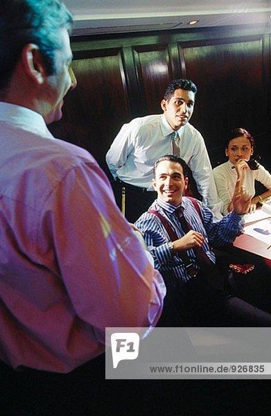 Geschäftsleute im Konferenzraum während Präsentation