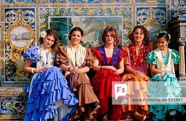 Frauen mit traditionellen Custumes am Plaza España. Sevilla. Spanien
