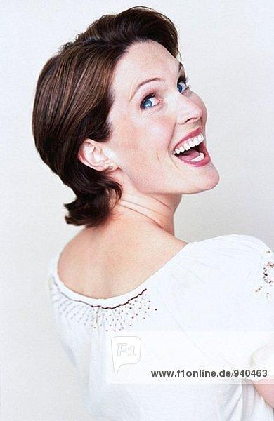 Bild der Frau auf der Suche über ihre Schulter und lachen