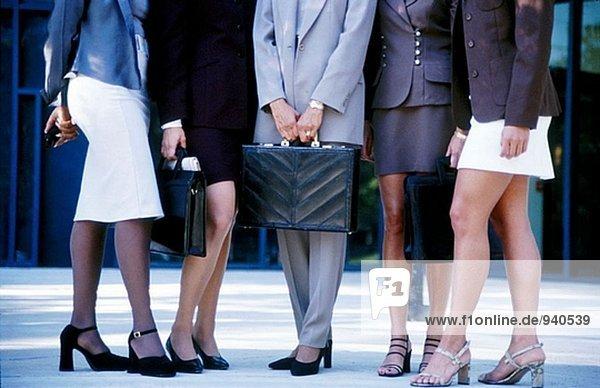 Geschäftsfrauen in verschiedenen Kleidung