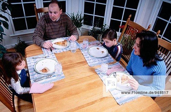 Familie Essen Pizza an Tisch