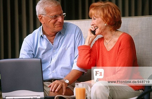 Senioren mit Handy und laptop